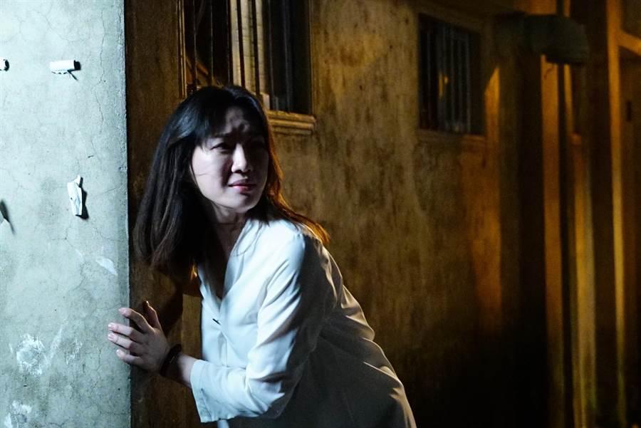 李杏在《國際橋牌社》驚慌失措逃亡。(friDay影音提供)