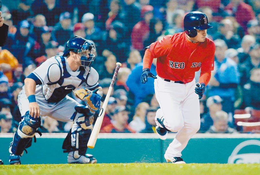 紅襪隊林子偉(右)在春訓熱身賽首戰就敲出安打。(美聯社資料照)
