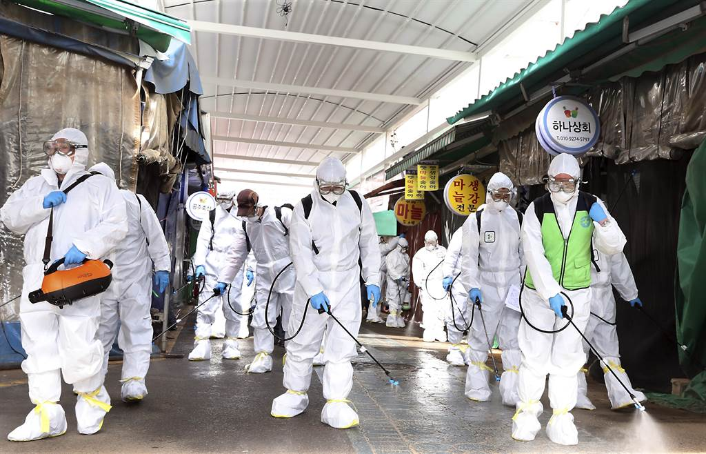 韓國新冠肺炎迅速蔓延,防疫人員24日在仁川廣域市富平區加強消毒。(美聯社)