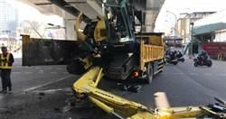 迷糊駕駛!拖板車未注意限高撞天橋 車上挖土機翻落路面