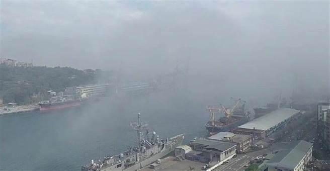 基隆港再現大霧鎖港,港區暫停出入港作業,為兩周來第二次。(許家寧攝)
