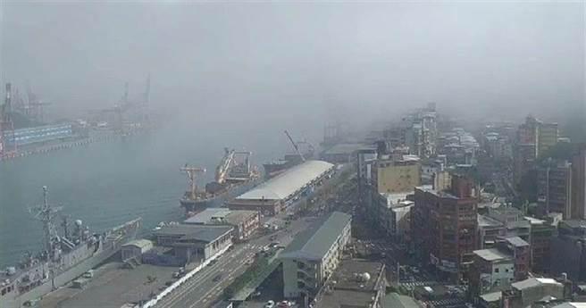基隆市區25日早再現濃霧,港區一片霧茫茫,能見度不到200公尺。(許家寧攝)