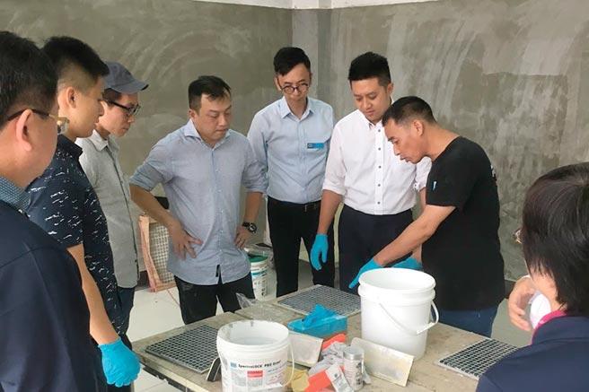 大信防水總經理康永昕(右二)親自帶領大信防水團隊研習。圖/業者提供