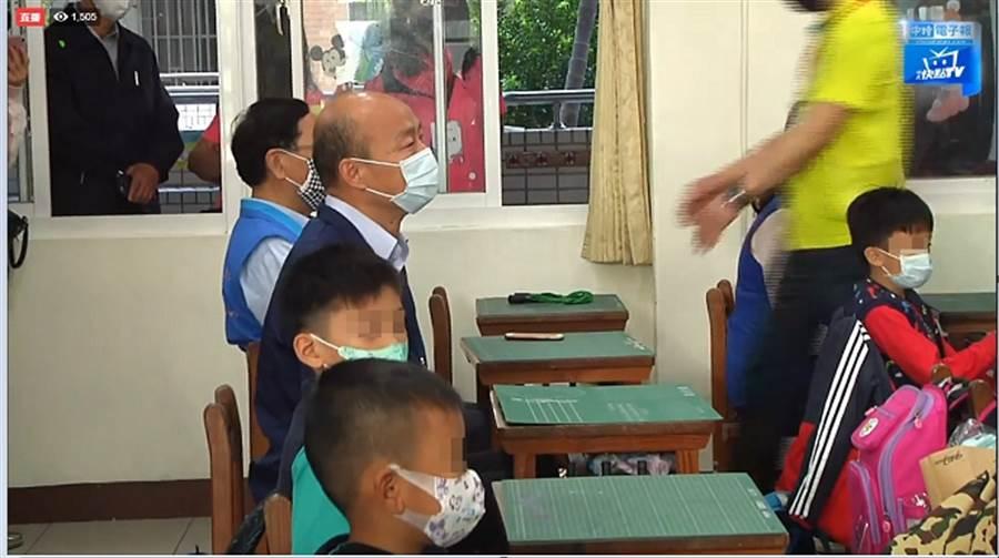 高雄市長韓國瑜視察國小防疫和小朋友身體健康。(圖/本報資料照)