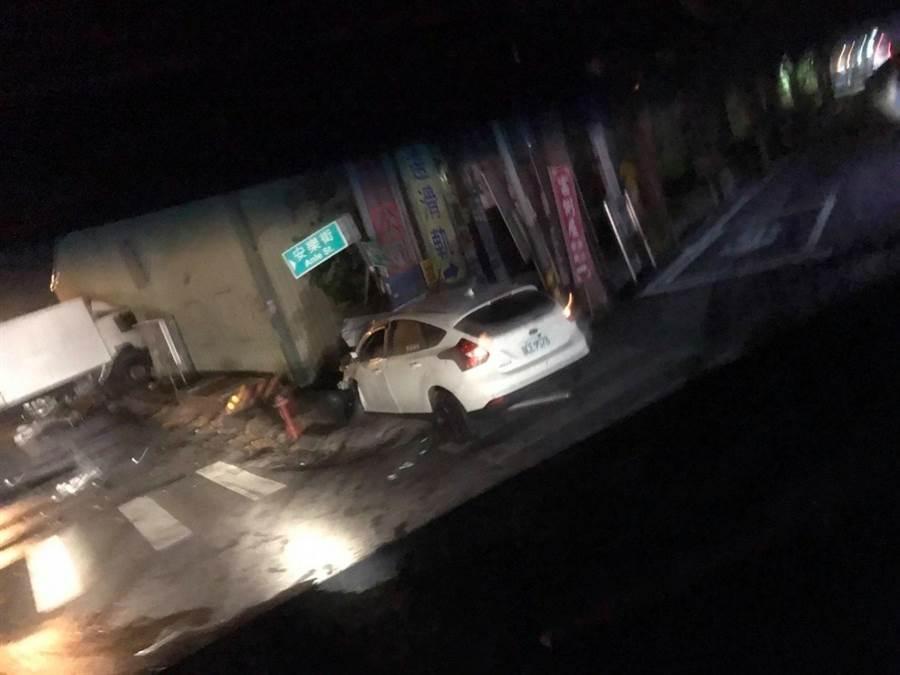 貨櫃車車頭撞入一旁鐵皮工廠,白色自小客車車頭幾乎全毀停在路口路邊。(摘自臉書社團「愛秀水說秀水」/謝瓊雲彰化傳真)