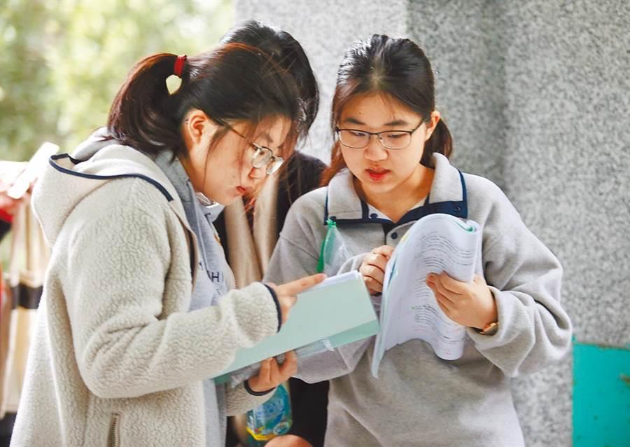 圖為大學學測第2天,考生在考場走廊上等候並加緊複習。(圖/本報資料照片、姚志平攝)