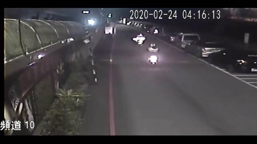 員警蕭世秉與吳嫌飛車追逐數百公尺。(翻攝照片╱吳亮賢新北傳真)