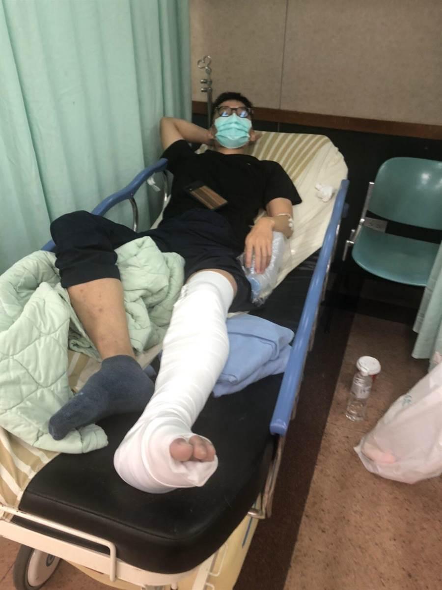 蕭員左腳小腿腓骨及脛骨骨折,仍在醫院休養。(翻攝照片╱吳亮賢新北傳真)