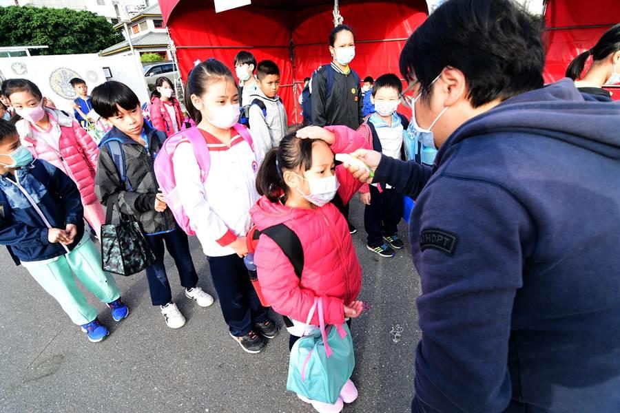 開學首日,台東縣各國中小落實防疫措施,在校門口為學童量額溫。(莊哲權攝)
