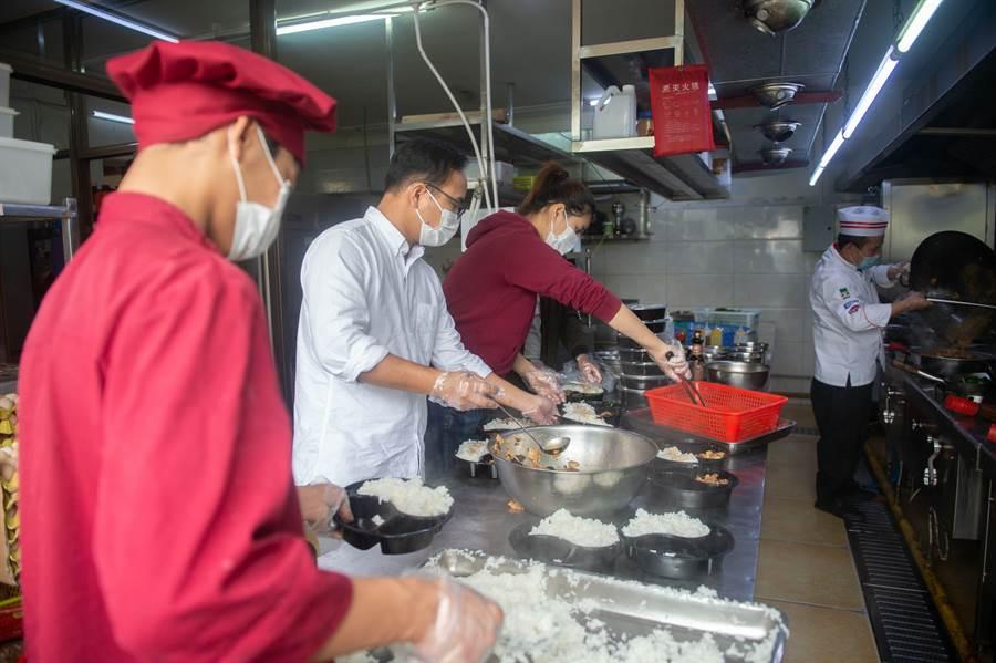 2月25日,海口餐廳免費為防疫抗疫一線人員送餐。(新華社)