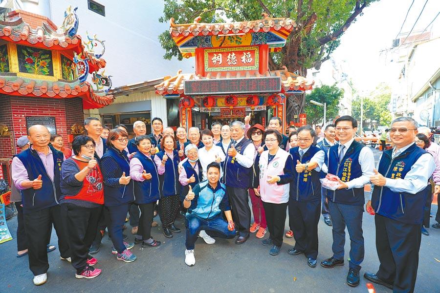 台中市東區「東門里客家先民拓墾紀念碑」24日舉行揭碑儀式,東門里「石伯公」則豎立紀念碑,喚起客家人的族群意識。(張妍溱攝)