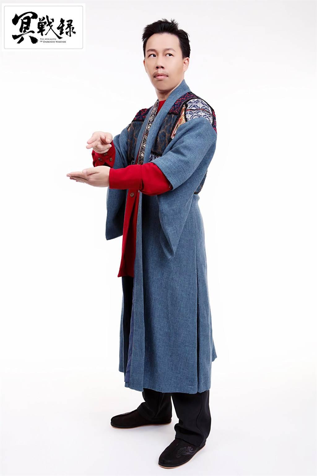 《冥戰錄》的漫畫原作者韋宗成,這回也在劇中飾演「七叔」一角,是一名嚴肅又正直,同時也具有法力的警員。(明華園總團提供)
