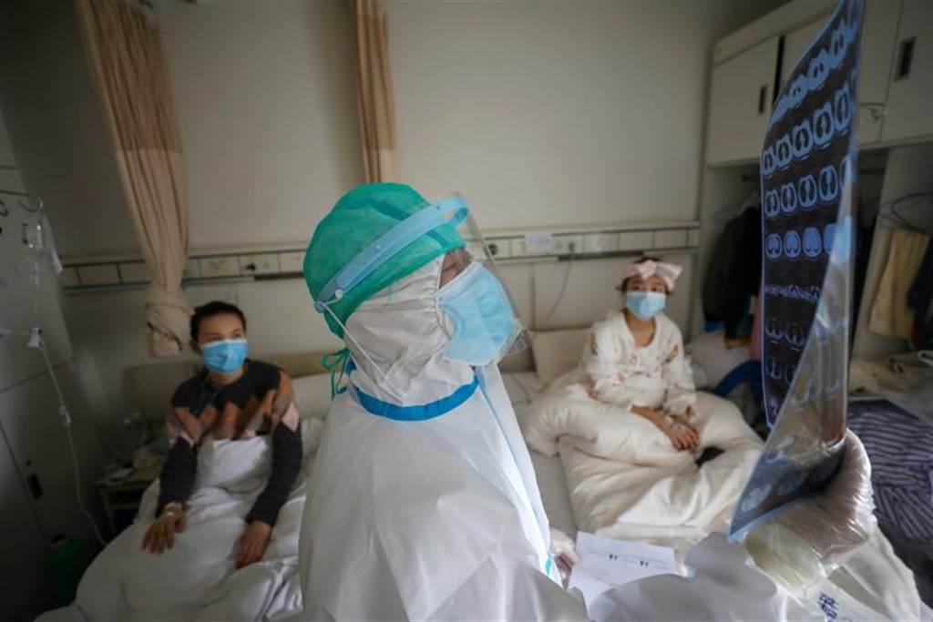 何栢良提醒醫護人員需做好防疫。(圖/路透社)