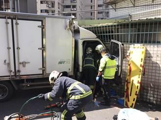 驚!板橋貨車撞民宅 鐵捲門全凹