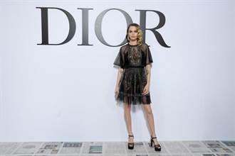 巴黎時裝周/卡拉、黛咪摩爾看秀 DIOR女模腳踩「報紙地板」