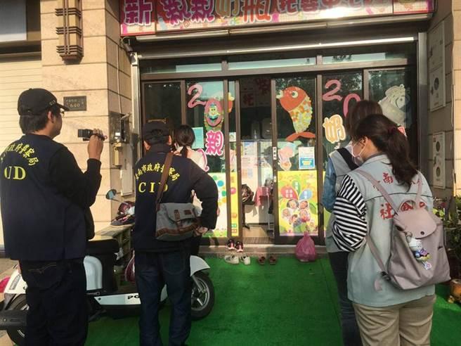 台南市政府社會局會同警方前往涉嫌虐童的新親親奶瓶托嬰中心調查。(社會局提供/洪榮志台南傳真)