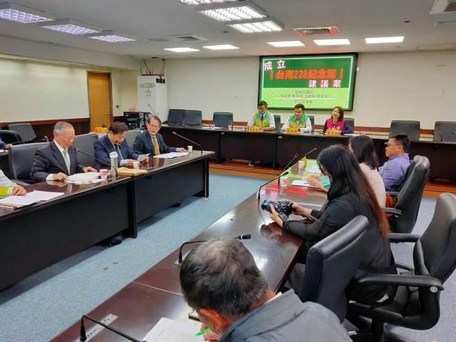 二二八事件受難者家屬、文史界、學界及民代共同提案建議台南市長黃偉哲將舊台南市議會改為二二八紀念館。(洪榮志攝)
