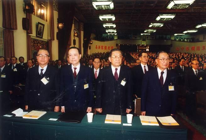 1990年,中國國民黨在陽明山中山樓召開十三屆臨中全會,林洋港、李煥、俞國華等黨政要員皆出席會議。(蔡明德攝)