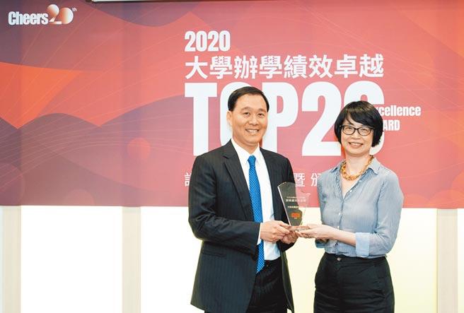 中信金融管理學院獲「大學辦學績效成長Top20」,由校長施光訓(左)代表領獎。(中金院提供)