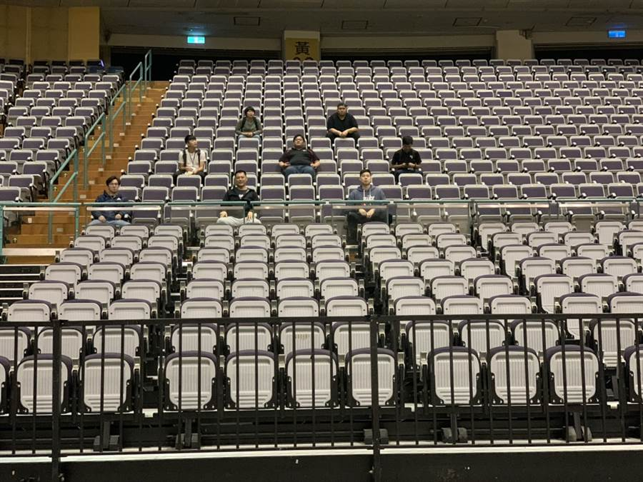 HBL總決賽仍不開放一般觀眾進場,但各隊進場隊職員開放到50人,球員可以跟之前一樣在賽前球員介紹時牽著家長進場,而家長進場後會做到後方觀眾席,並採取梅花座方式入座。(朱彩鳳提供/陳筱琳台北傳真)