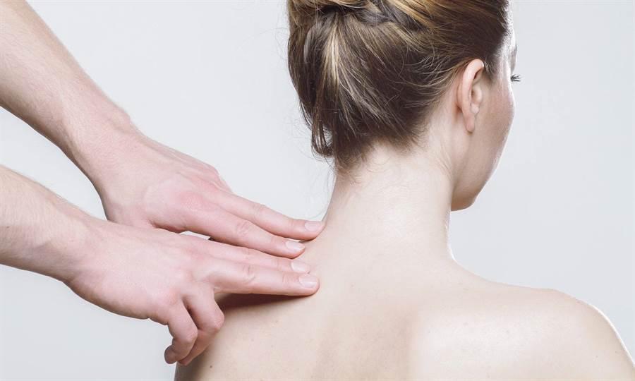 五十肩的正式醫學名稱是「慢性沾黏性關節囊炎」,又叫做「冰凍肩」。(圖/pixabay)