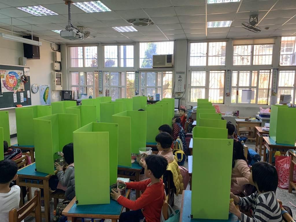 新竹市建功國小1年級1位老師突發奇想,為班上每位小朋友製作ㄇ字型珍珠隔板,讓小朋友在午餐時使用,讓口沫不外飛,不失為防疫好辦法。(新竹市政提供/陳育賢新竹傳真)