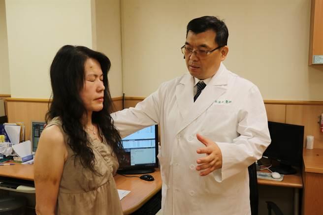 台中慈濟醫院神經外科醫師林英超(右)查看蘇女士(左)恢復狀況。(王文吉攝)