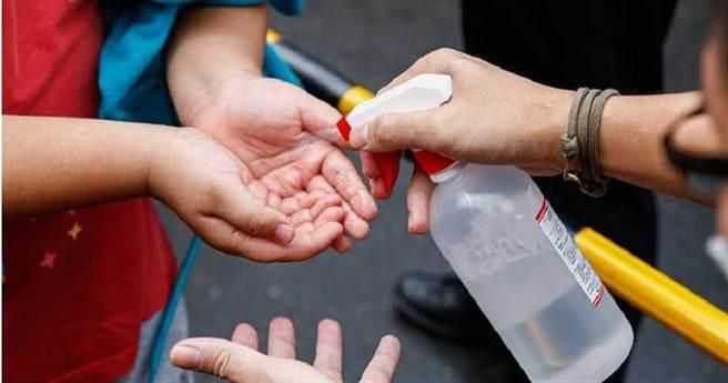 隨身攜帶酒精進行消毒。(圖片取自中時電子報)