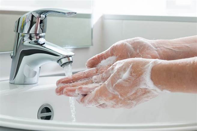 現在許多人不僅使用肥皂,還牢記「濕搓沖捧擦」、「內外夾弓大立完」等口訣,著實地認真洗手。(圖片取自中時電子報)