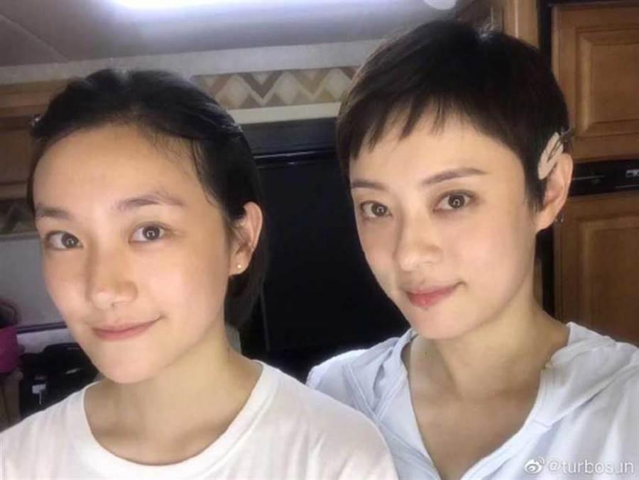 孫儷首度曝光自己同父異母妹妹的合照,兩人眉眼與鼻子,甚至笑容都很相似。(圖/翻攝微博)