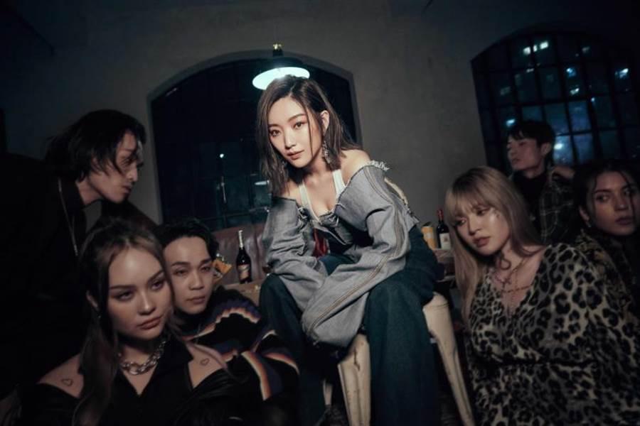 閻奕格為MV化身街頭時尚潮女,一改以往乖乖牌女孩的形象。(圖/華研提供)