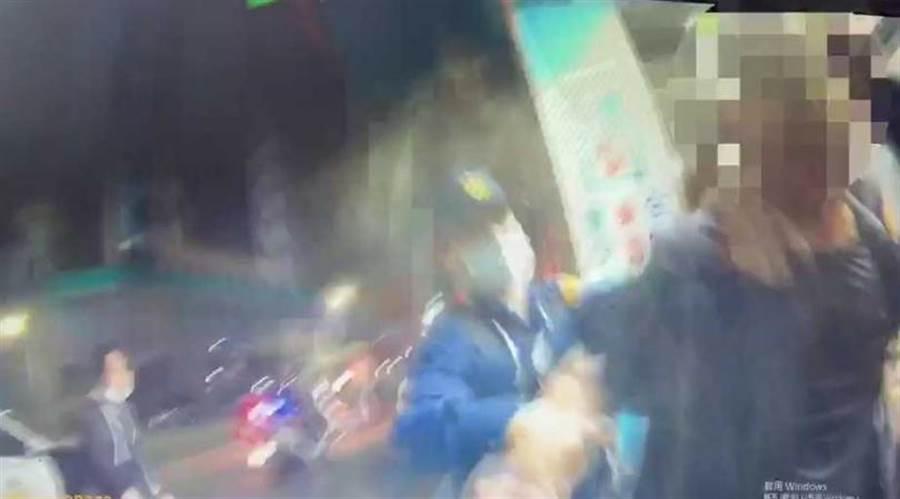 員警對情緒激動的陳嫌噴辣椒水,並用柔道「大外割」將他壓制在地。