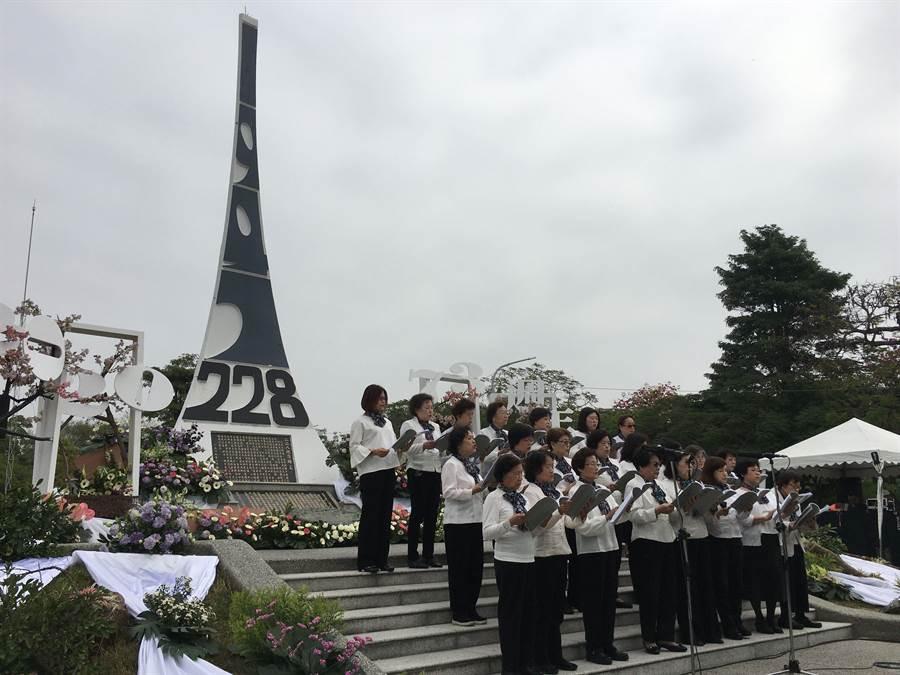 嘉義市政府舉辦二二八事件73周年追思紀念會,合唱團獻唱追念。(廖素慧攝)