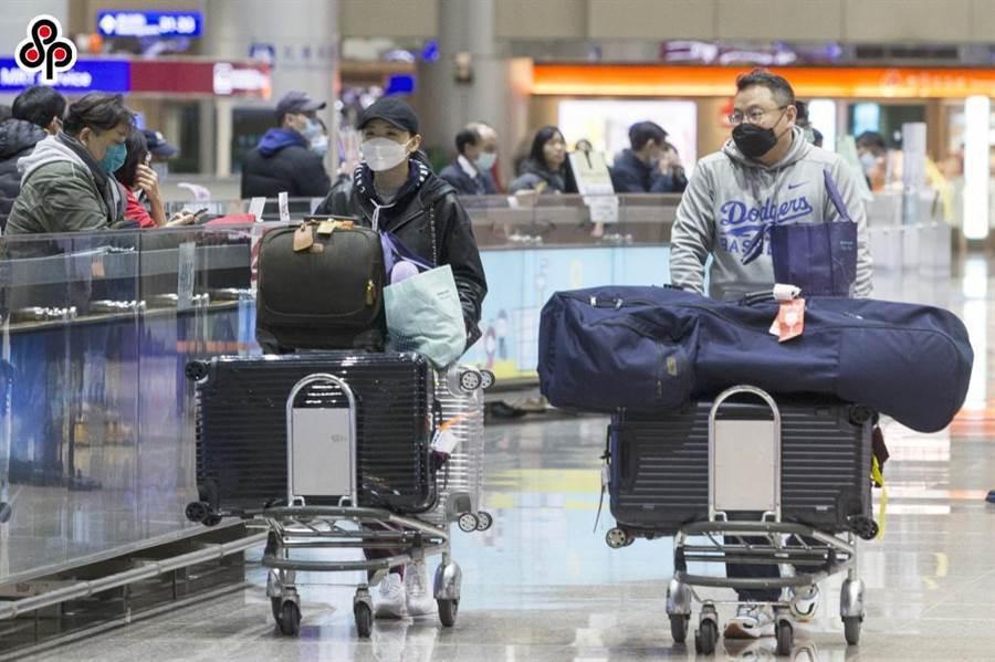 新冠肺炎疫情延燒,近來許多事業單位要求勞工在出國前應報備,甚至不准以「出國」為由的特別休假。(報系資料照)