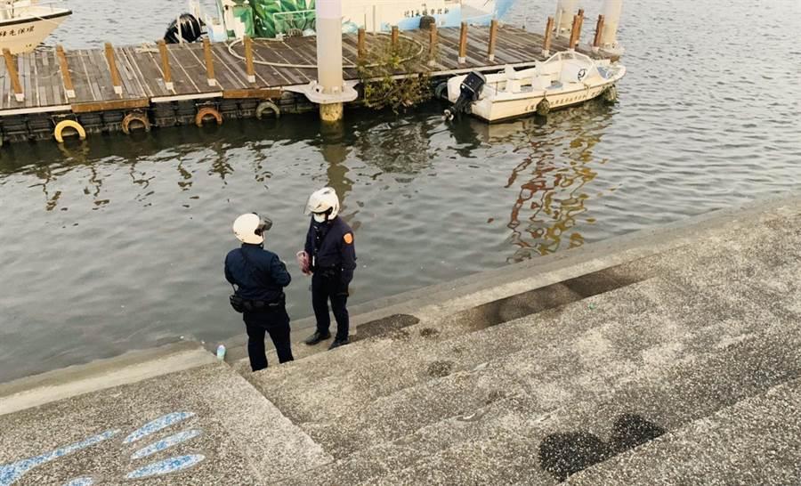 新北市海山警分局文聖派出所獲報有男子欲自焚,警員趕往現場阻止。(海山警分局提供/葉書宏新北傳真)