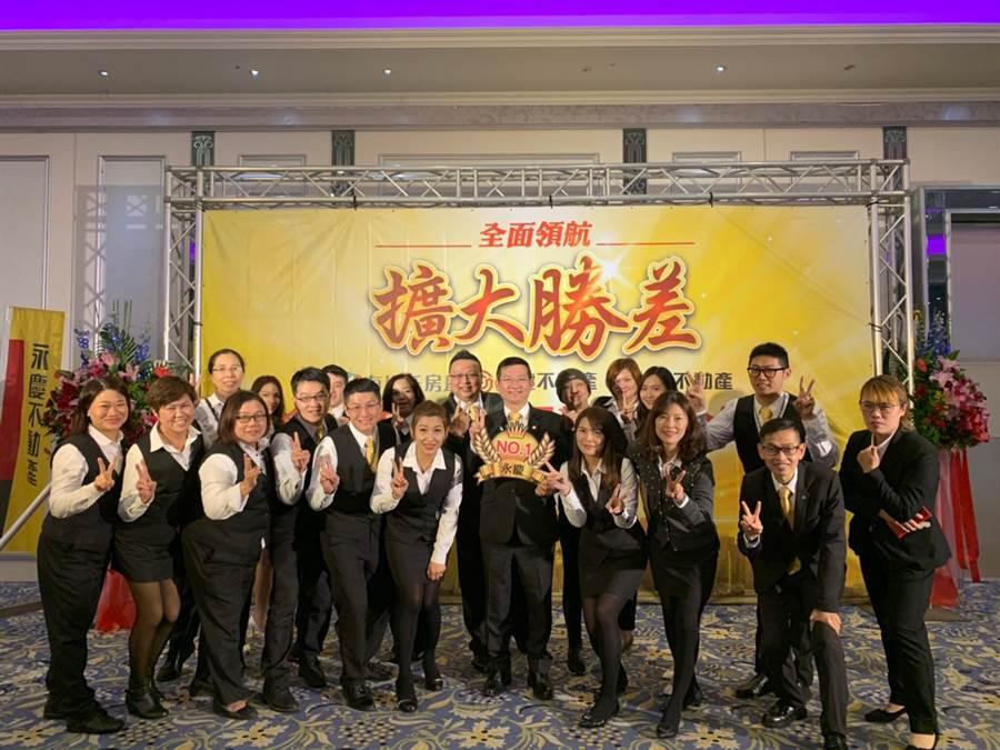 轉招短短一年時間,蕭嘉生店東帶領永慶不動產桃園南崁台茂加盟店全店業績成長5成5,創下區域模範。