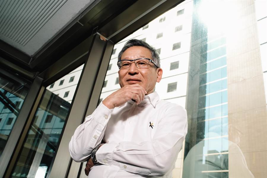 來自日本的譯者澤井律之,一身清爽的白襯衫和牛仔褲,腳上卻特地穿著「藍白拖」,顯露十足台味。(郭吉銓攝)