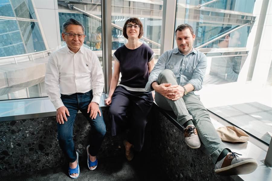 來自日本的譯者澤井律之(左),一身清爽的白襯衫和牛仔褲,腳上卻特地穿著「藍白拖」,顯露十足台味。圖中為捷克譯者白蓮娜(Pavlína Krámská),右為法國譯者關首奇(Gwennaël Gaffric)。(郭吉銓攝)