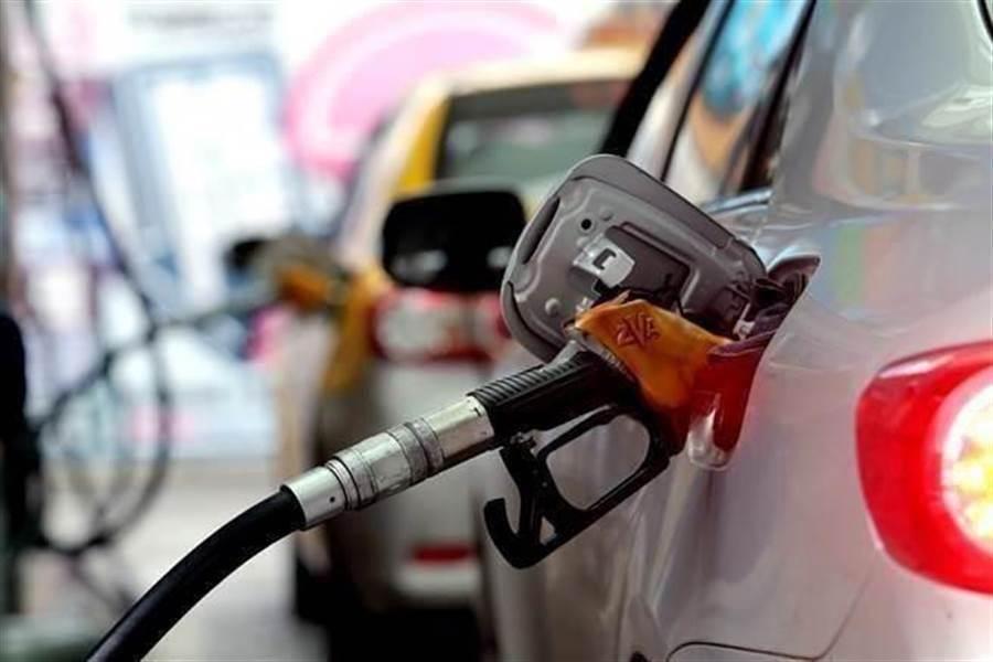 新冠肺炎疫情讓國際油價驚驚挫,下周國內汽柴油又估計要降0.5、0.6元。統計今年以來,油價呈現5跌只1漲,降多漲少。(圖:資料照)