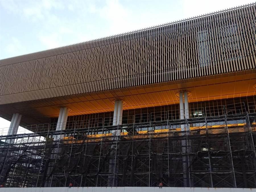 台南市立圖書館新總館建物外牆上方淡金色格柵,是建築一大特色,為荷蘭麥坎諾設計團隊取自台南老屋窗花元素。(曹婷婷攝)