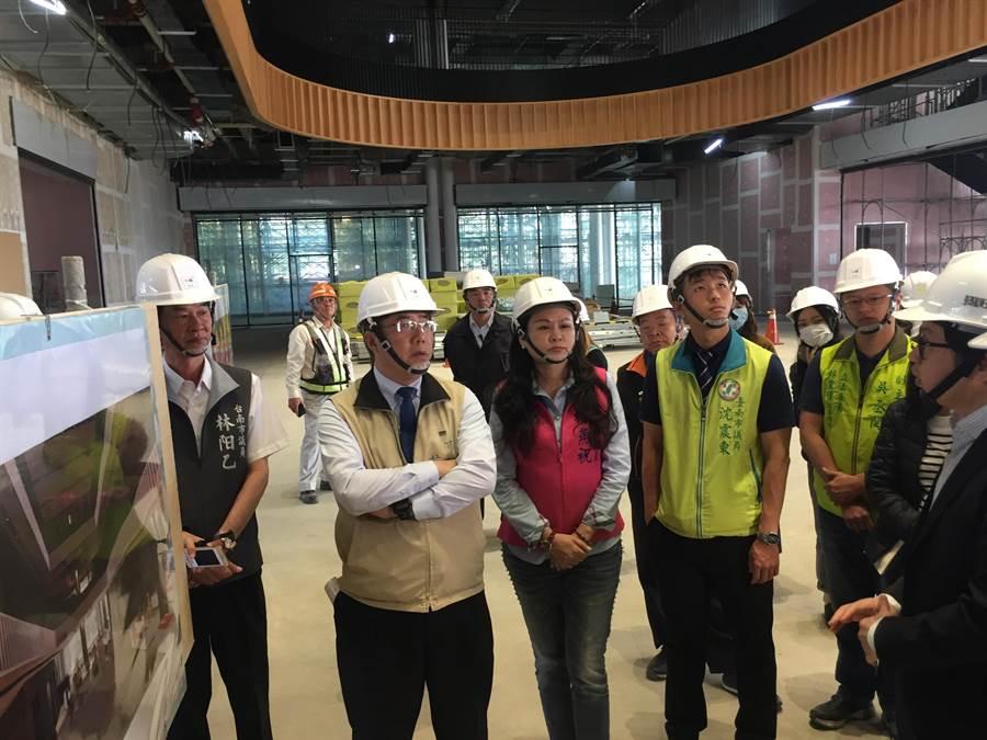 台南市立圖書館新總館12月正式開館營運,目前施工進度達71.56%,台南市長黃偉哲(左二)27日前往視察。(曹婷婷攝)