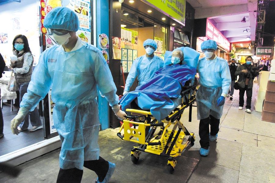 """2月23日晚上,香港北角美輪大廈再有一人由身穿保護衣的救護人員協助下抬上救護車送院。早前香港衛生署衛生防護中心公布涉及北角美輪大廈""""福慧精舍""""佛堂的新冠肺炎確診個案已有四宗。(中新社)"""