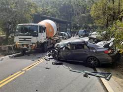 連假第1天阿里山公路發生車禍 車頭扭曲變形