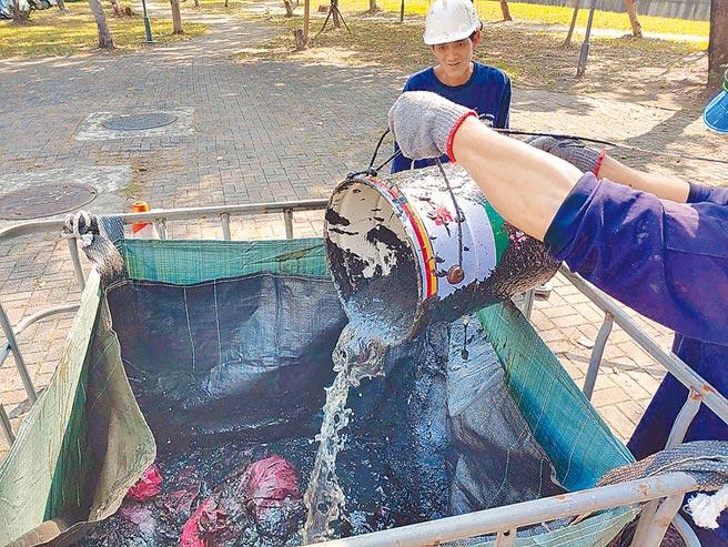 廢油在水廠180公分主幹管中形成大量油泡、油渣,目前仰賴人力以高壓沖洗方式清除,預計最快要到3月底才能清除完畢。(鳳山水資源中心提供/袁庭堯高雄傳真)