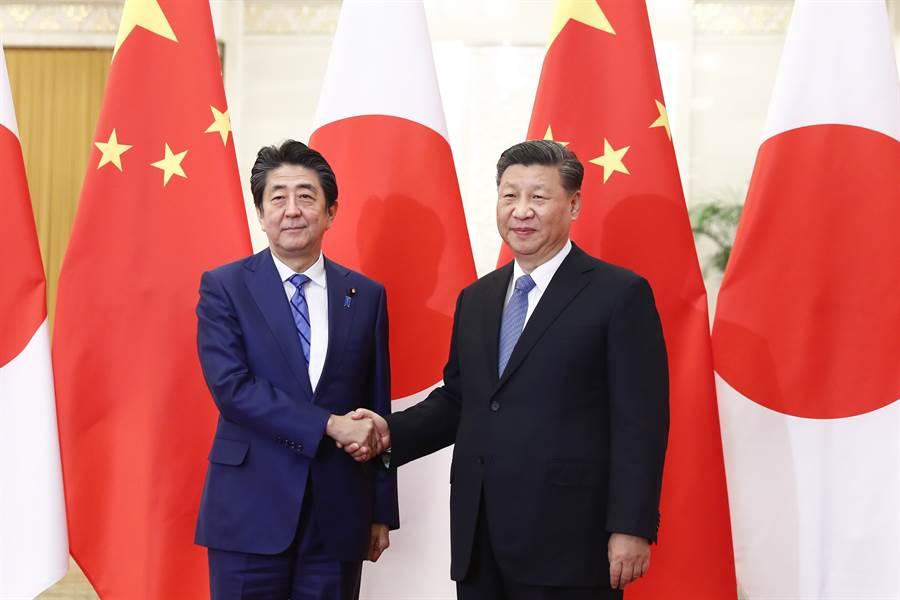 在武漢剛開始發現有呼吸道疾病傳染時,日本首相安倍晉三於12月23日到大陸訪問,並與大陸國家主席習近平舉行會談。當時的中日關係與氣氛與現在已大不相同,差別在於這段期間日本大量捐助醫療物資給予大陸,大大改變了大陸朝野對日本的觀感。(圖/中新社)