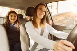 開車送孩上學 天兵媽回頭一看笑歪