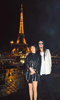 何超儀前進巴黎時裝周 低溫披斗篷內藏暖暖包