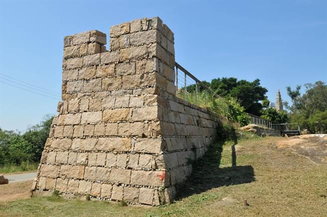 建築學者江柏煒考查與「金門城」同時興建的福建惠安崇武古城,主持依原樣在「文台寶塔」旁重建的小段城牆。(李金生攝)