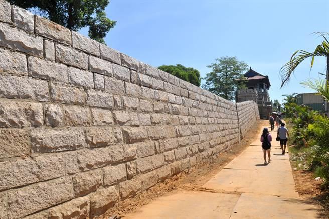 2018年重建施工中的「金門城」北門城牆段,傳出發現遺址層和老舊牆石。(李金生攝)