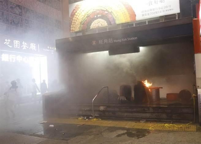 旺角站在晚間9時關閉後遭到縱火,但很快被撲滅。(圖/東網)